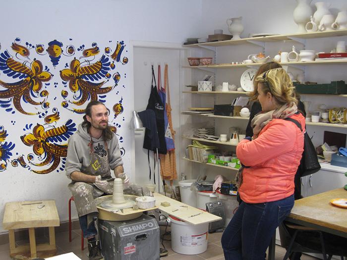 Denis Kuhar v Hiši keramike predstavlja delo na lončarskem vretenu