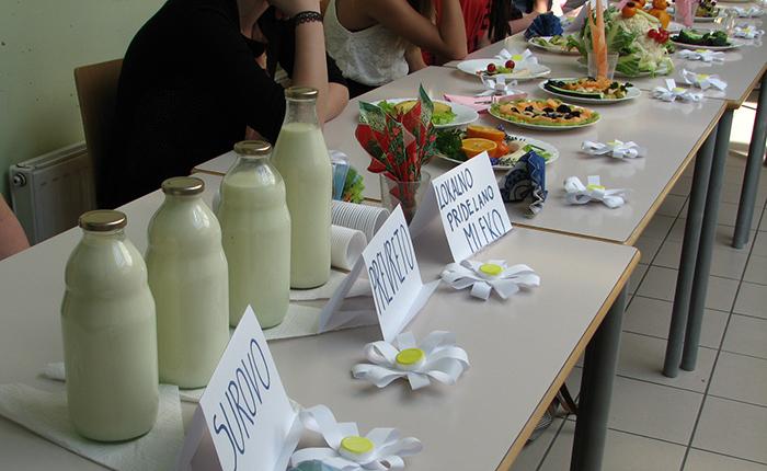 razstavljeno mleko in vse sadje in zelenajvo smo po končanem nastopu pojedli
